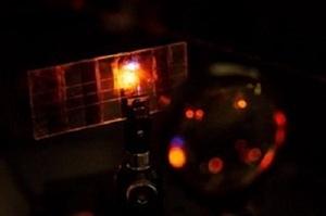 Vật liệu có khả năng phát sáng khi hấp thụ ánh sáng mặt trời như thế nào
